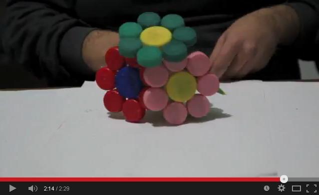 costuire un bouquet con i tappi di plastica