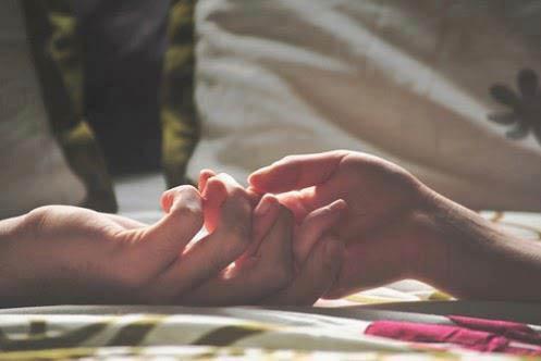 intimità di coppia mani