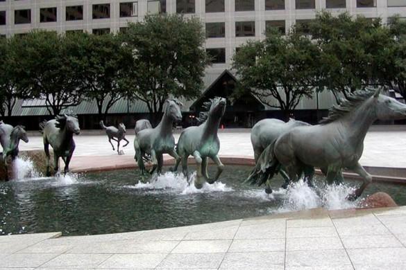 sculture moderne - cavalli sulle colline